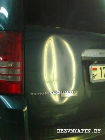 CHRYSLER TOWN&COUNTRY - вмятина на крышке багажника