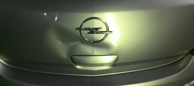 Opel Corsa — вмятина на крышке багажника