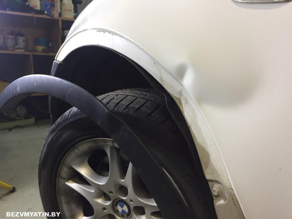 BMW X3 -вмятина на переднем крыле до ремонта