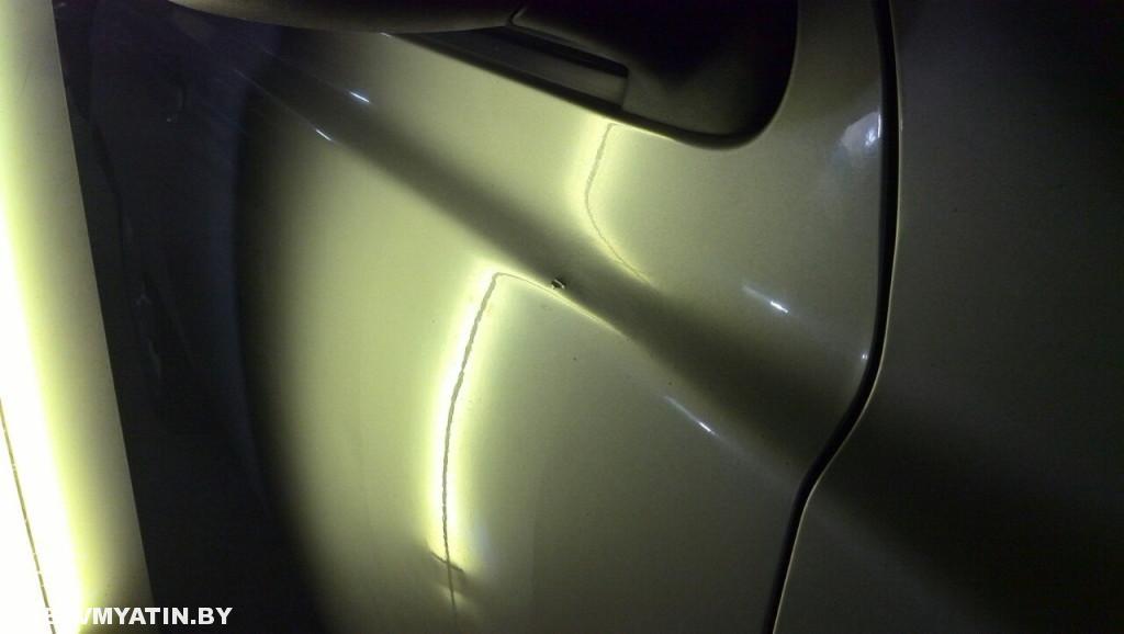 Nissan Micra - вмятина на передней правой двери после удаления вмятин