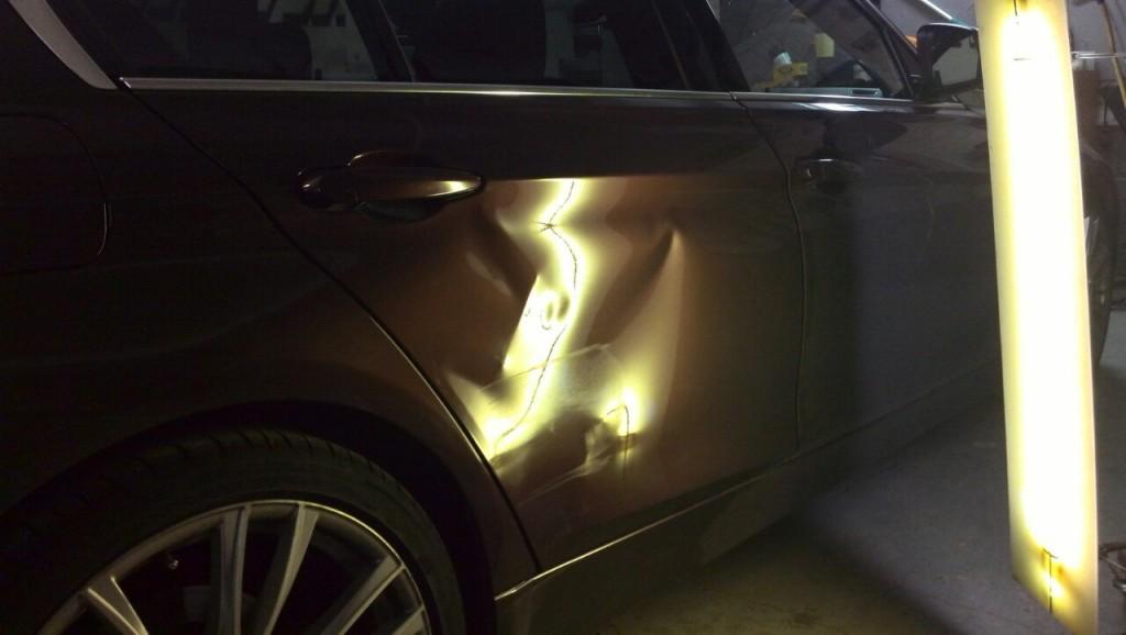 BMW F30 - вмятина на задней правой двери до ремонта