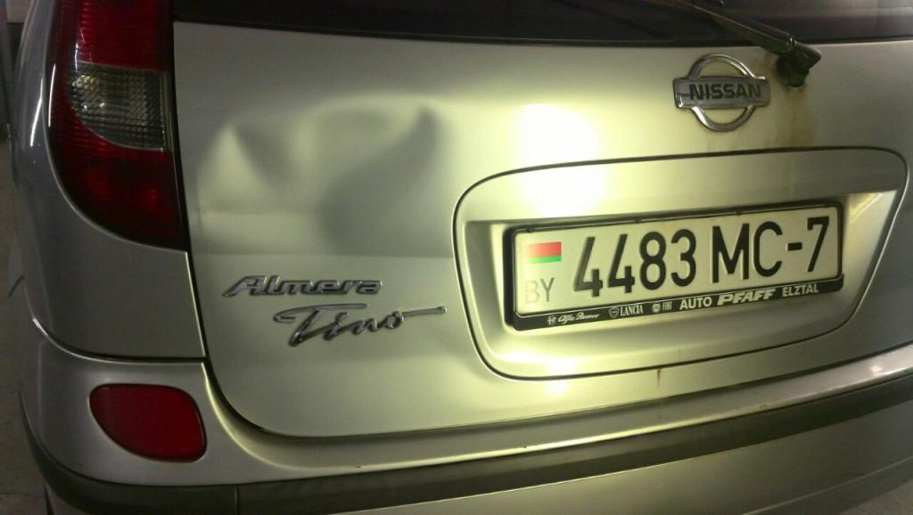 Nissan Almera Tino - вмятина на крышке багажника до ремонта