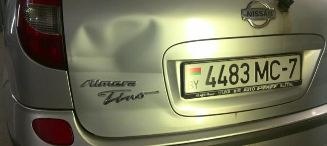 Nissan Almera Tino — вмятина на крышке багажника.