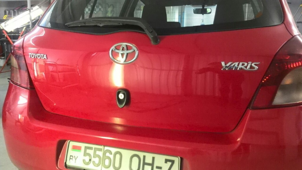 Toyota Yaris - вмятина на крышке багажника после ремонта