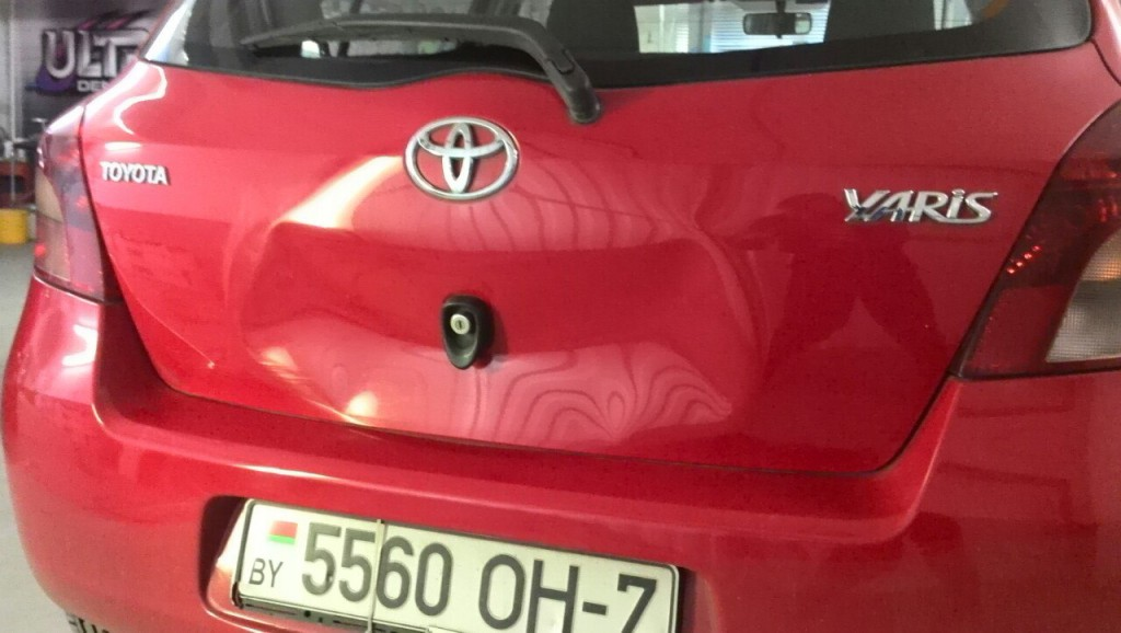 Toyota Yaris - вмятина на крышке багажника до ремонта
