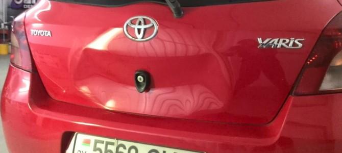 Toyota Yaris — вмятина на крышке багажника