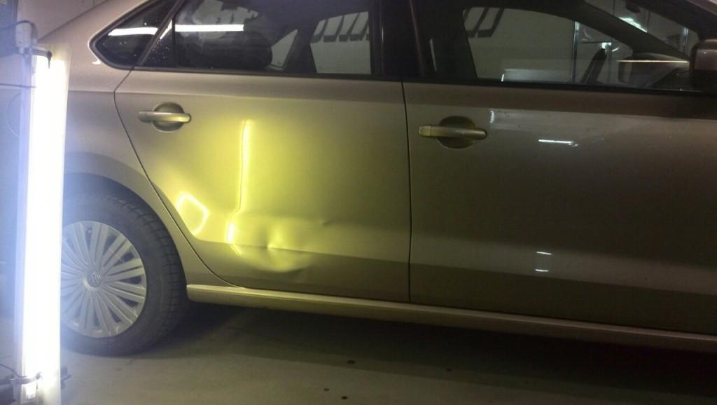 Volkswagen Polo - вмятина на задней правой двери до ремонта