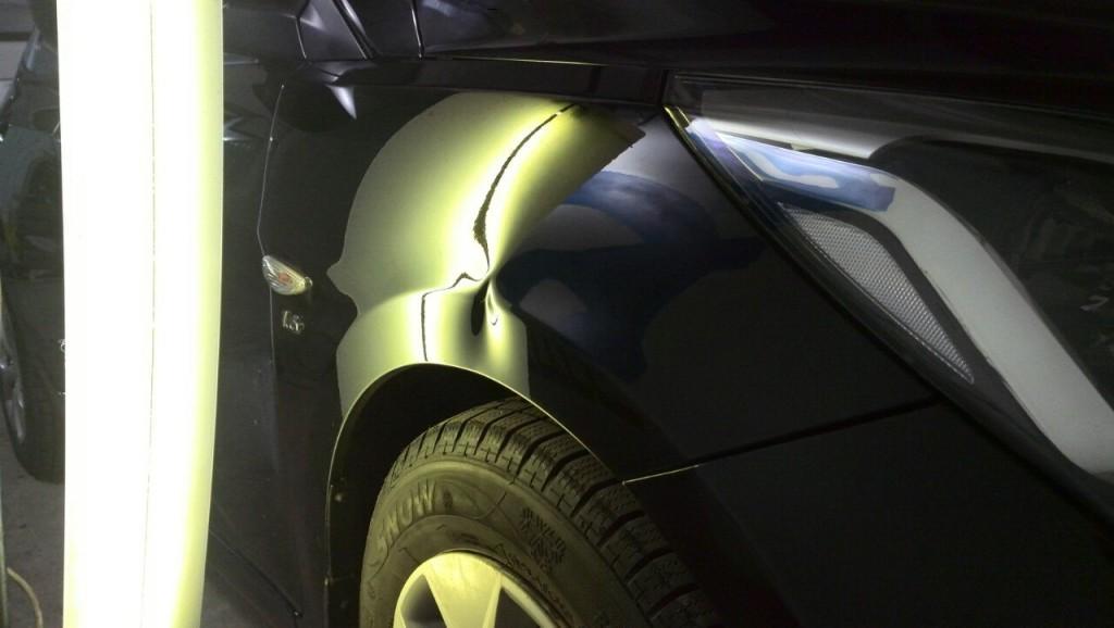 Hyundai Solaris - вмятина на переднем правом крыле до выправления