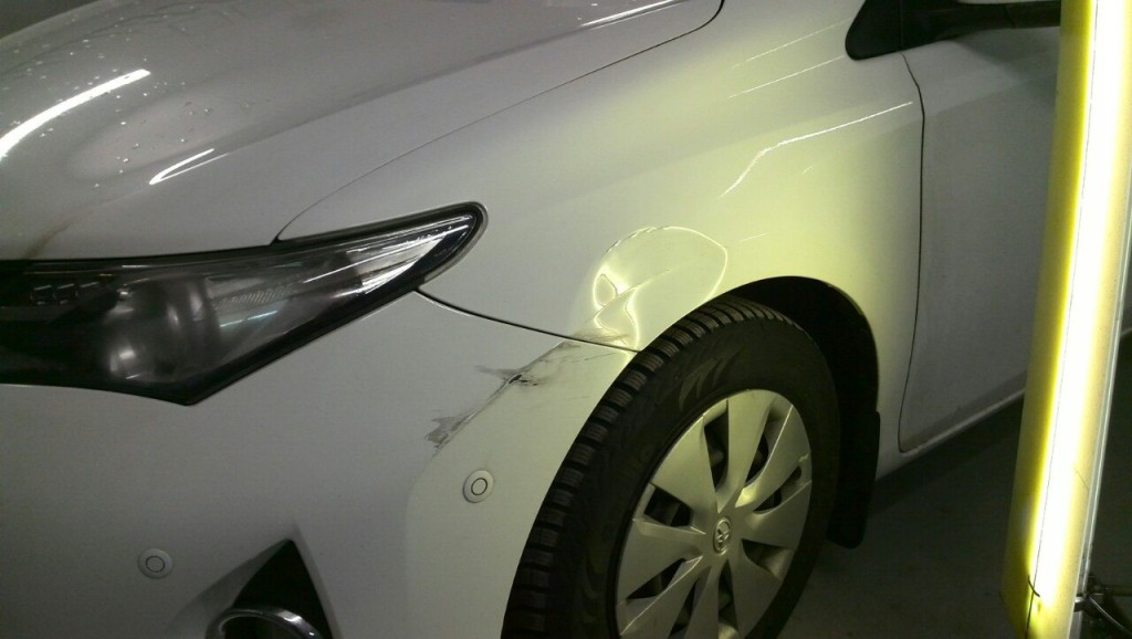 Toyota Auris - вмятина на переднем левом крыле до выправления