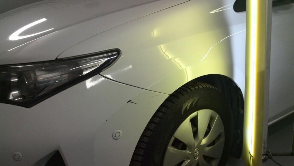 Toyota Auris - вмятина на переднем левом крыле после выправления