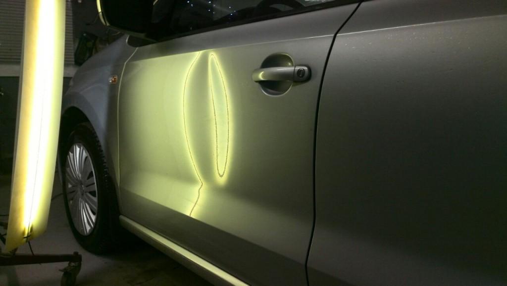 WV Polo - вмятина на передней левой двери до выправления