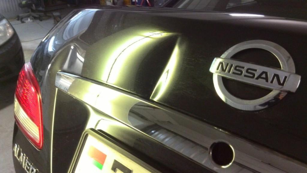 NISSAN ALMERA - вмятина на крышке багажника до удаления вмятины