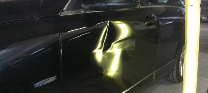 Mercedes W204 — вмятина на передней левой двери.