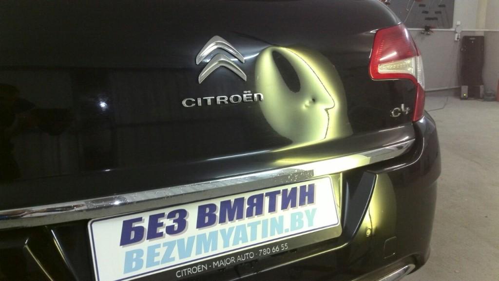 Citroen C4 - вмятина на крышке багажника.
