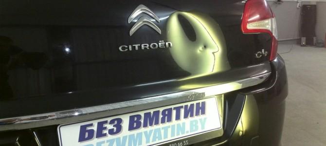 Citroen C4 — вмятина на крышке багажника.