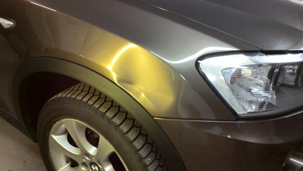 BMW X3 - вмятина на переднем крыле до ремонта