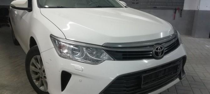 Toyota Camry — вмятина на передней, левой двери.