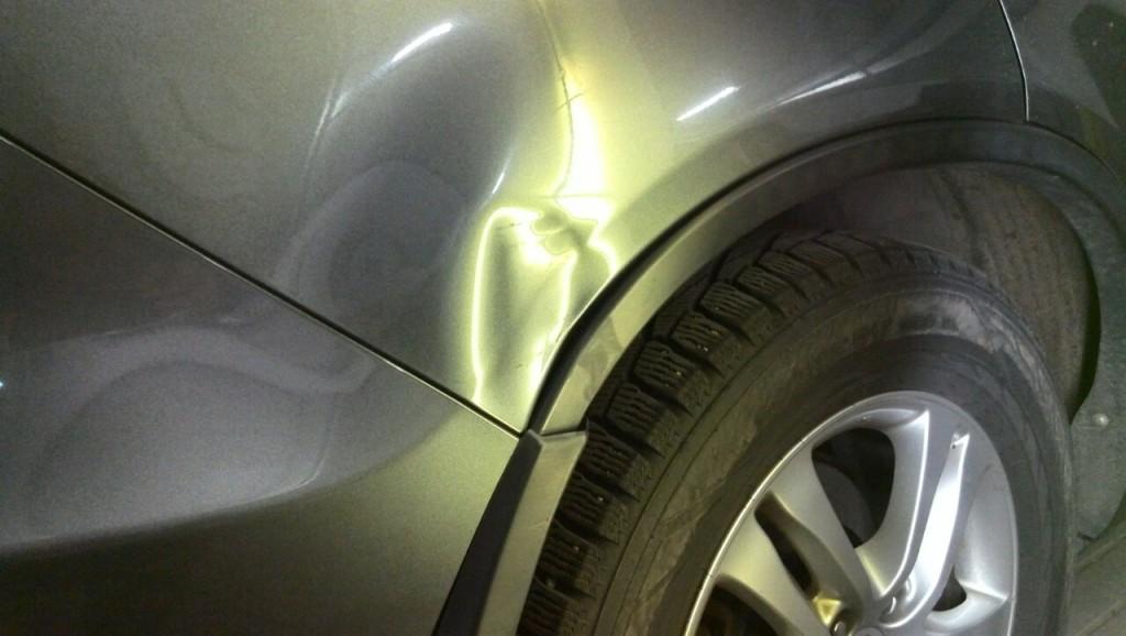 Honda CR-V - вмятина на заднем крыле до удаления