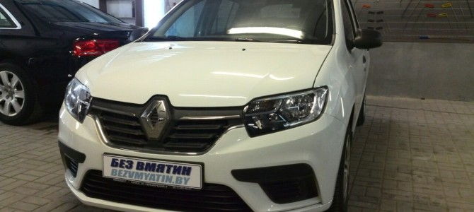 Renault Sandero — вмятина на капоте.