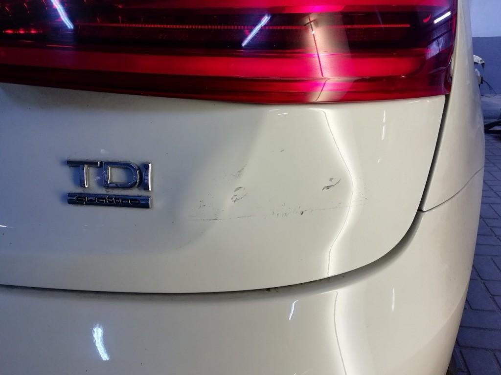AUDI Q3 - вмятина на крышке багажника до ремонта