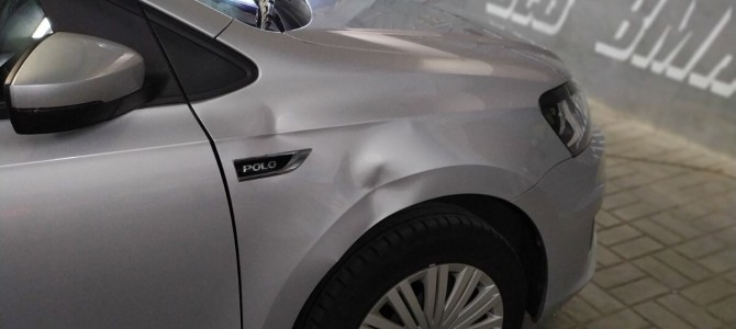 VW POLO — вмятина на переднем крыле.