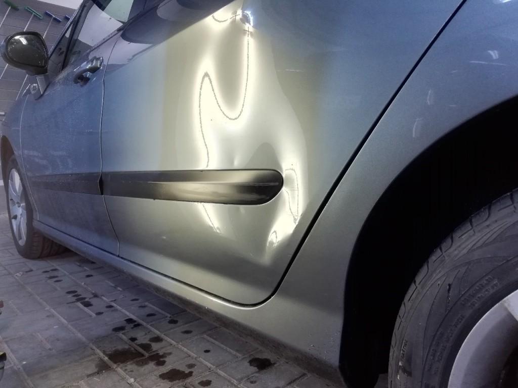 Peugeot 308 - вмятина на задней двери до удаления