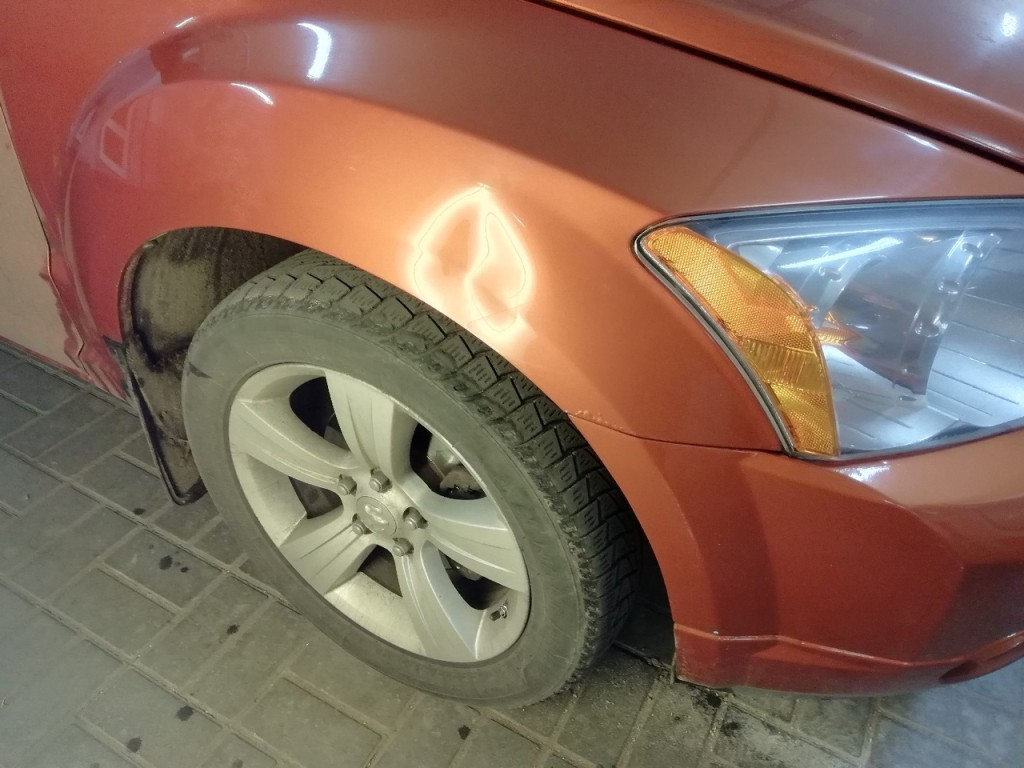 Dodge Caliber - вмятина на переднем крыле до ремонта