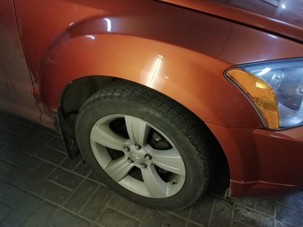 Dodge Caliber - вмятина на переднем крыле после удаления