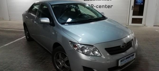 Toyota Corolla — вмятина на переднем крыле.