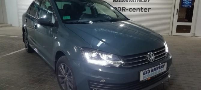 VW POLO — вмятина на задней двери.