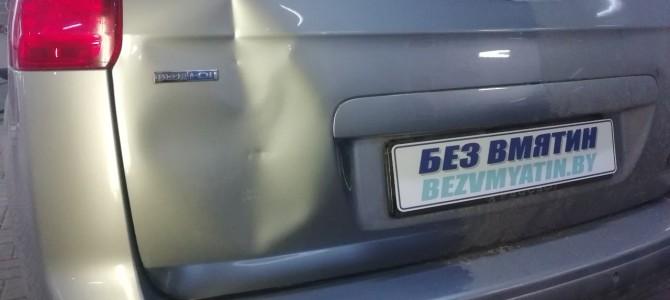 PEUGEOT 5008 — вмятина на крышке багажника.