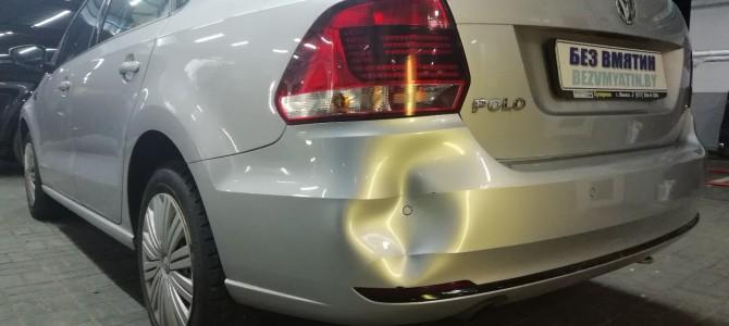 VW POLO — вмятина на заднем бампере.
