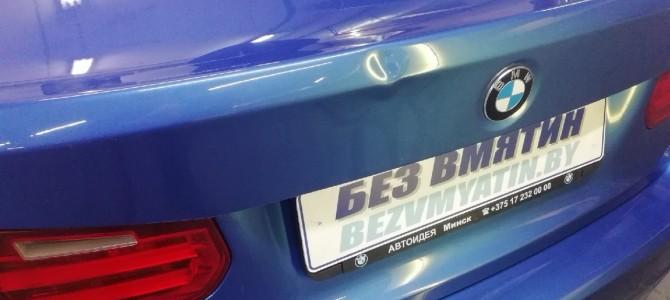 BMW — вмятина на крышке багажника.
