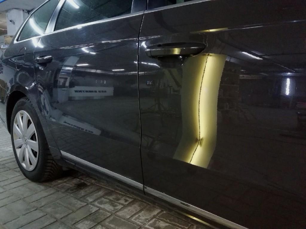 VW PASSAT - вмятина на передней двери после удаления вмятин